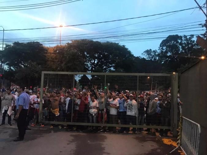 Torcida do São Paulo protesta após derrota no Morumbi; presidente Leco é o principal alvo — Foto: Eduardo Rodrigues