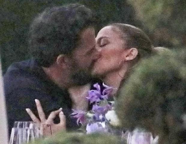 Ben Affleck and Jennifer Lopez kiss (Photo: Backgrid/The Grosby Group)