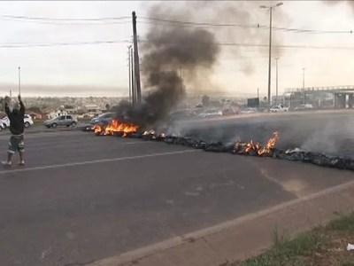 Manifestantes fecharam a EPTG, sentido Plano Piloto, na manhã desta sexta-feira (15) (Foto: TV Globo/ Reprodução)