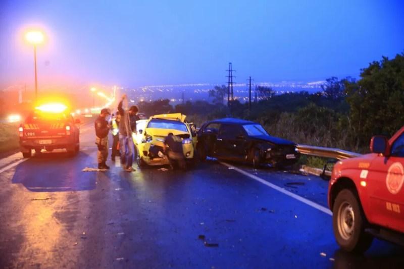 Policiais fazem perícia em local de acidente envolvendo 8 veículos no DF (Foto: Corpo de Bombeiros/Divulgação)