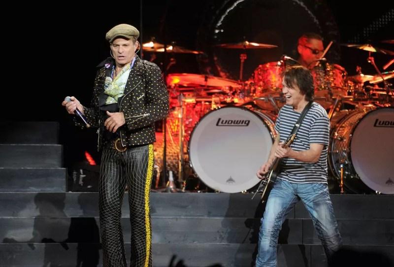 David Lee Roth e Eddie Van Halen durante apresentação do Van Halen no Madison Square Garden, em Nova York, em março de 2012 — Foto: Jamie Mccarthy/Getty Images North America/Getty Images via AFP/Arquivo