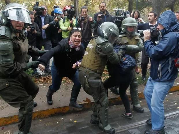 Estudantes e policiais entram em confronto durante manifestação no Chile (Foto: CLAUDIO REYES / AFP)