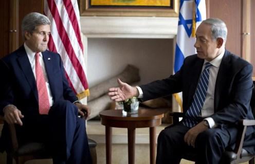 O premiê de Israel, Benjamin Netanyah, e o secretário de Estado dos EUA, John Kerry, em encontro nesta quarta-feira (6) em Jerusalém (Foto: AP)