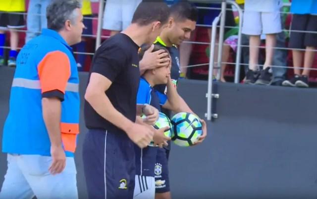 Casemiro abraça jovem torcedor após treino no Morumbi (Foto: Reprodução/CBF TV)