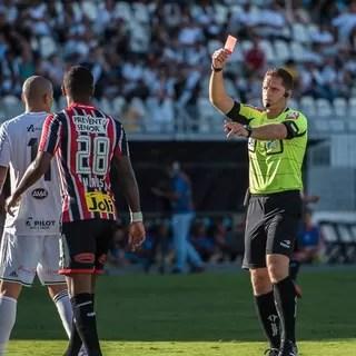Expulsão Matheus Reis, Ponte x São Paulo (Foto: Fabio Leoni/ PontePress)