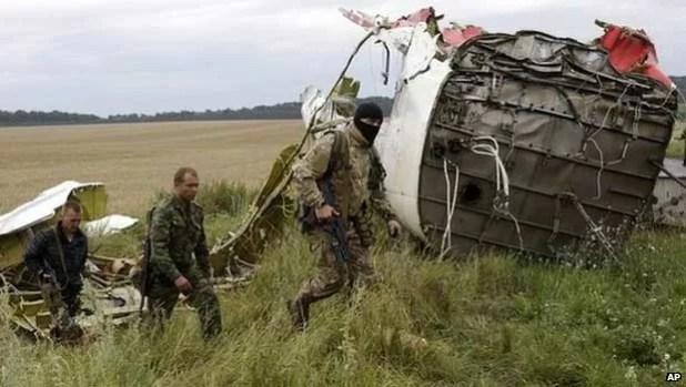 Ucrânia acusa rebeldes pró-Rússia de destruir provas de avião que caiu (Foto: AP)