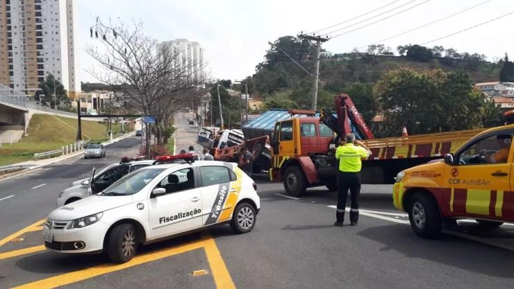 A carreta tombou no cruzamento da Avenida Osmundo dos Santos Pelegrini e Rodovia Autoban, em Jundiaí (SP) (Foto: Motoboy Xororó/Arquivo pessoal)