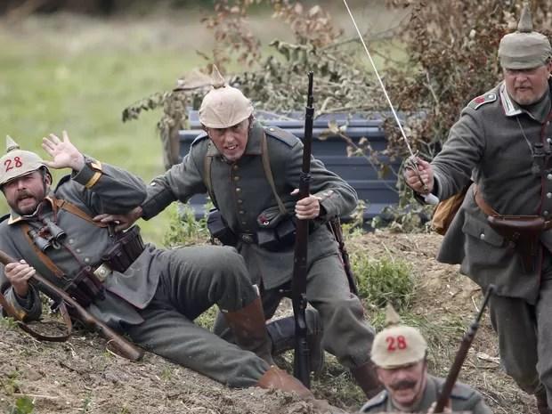 Agricultores vestiram roupas de soldados para participar da encenação (Foto: Charles Platiau/Reuters)