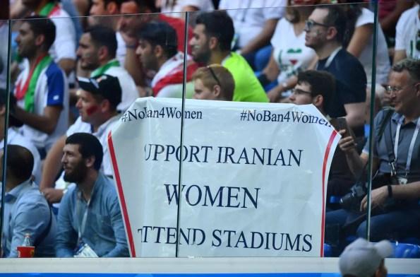Torcedores exibem um cartaz contra a proibição de mulheres iranianas a frequentarem estádios em seu país durante partida entre Irã e Marrocos no estádio de São Petesburgo, na Rússia, pela Copa do Mundo 2018 — Foto: Dylan Martinez/Reuters