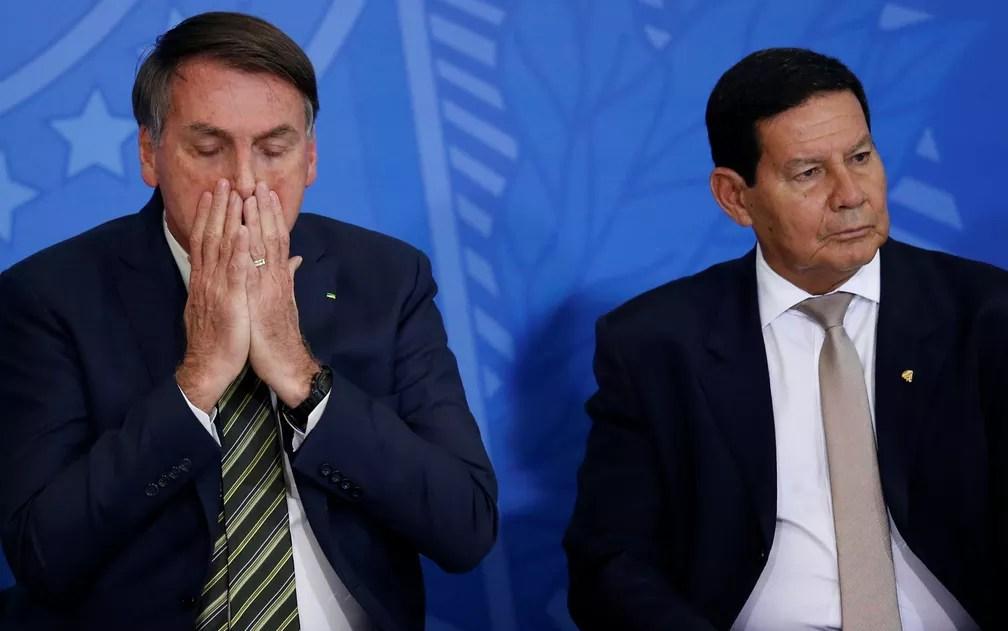 Bolsonaro passa as mãos no rosto durante a cerimônia no Palácio do Planalto — Foto: Ueslei Marcelino/Reuters
