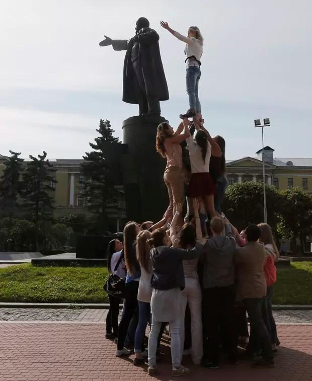 Performance ocorreu durante festival de arte contemporânea na cidade (Foto: Alexander Demianchuk/Reuters)