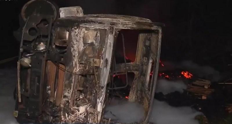 Carreta pegou fogo após o acidente — Foto: Reprodução/TV Santa Cruz