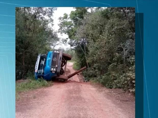 Segundo produtor rural, prefeitura foi avisada do perigo da estrada e da ponte (Foto: Reprodução/TV Morena)