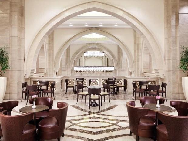 Um dos restaurantes do Makkah Clock Royal Tower, segundo prédio mais alto do mundo (Foto: Divulgação/Fairmont)