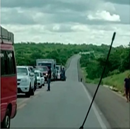 Trânsito ficou paralisado durante o protesto na BR-232 (Foto: Reprodução/TV Asa Branca)