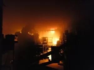Incêndio atingiu depósito de supermercado  (Foto: Portal Éder Luiz/Divulgação)