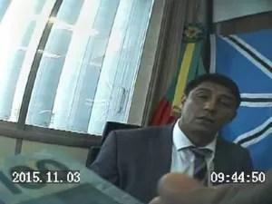 Gravação mostra assessor tentando dar dinheiro diretamente para Jardel (Foto: Reprodução)