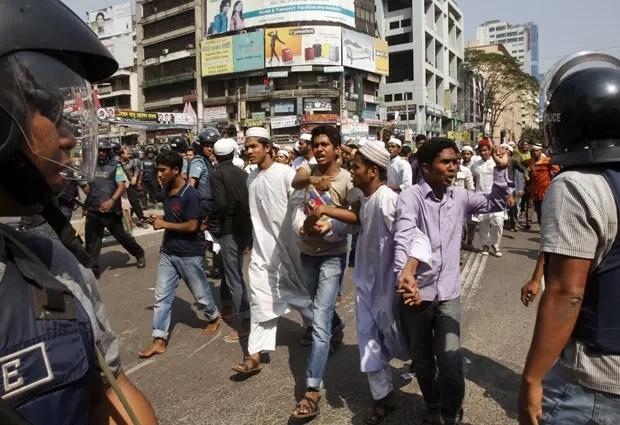 Protestos em Dhaka e outras duas cidades deixaram dois mortos nesta sexta em Bangladesh (Foto: AP Photo/Pavel Rahman)