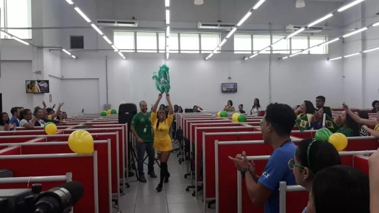 Empresa de telefonia em Montes Claros realizou ação durante jogo do Brasil (Foto: Ana Cláudia Mendes/Inter TV Grande Minas)