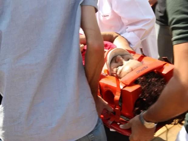 Um dos feridos recebe os primeiros socorros logo após o tombamento da estrutura metálica (Foto: Marcos Estrella/TV Globo)