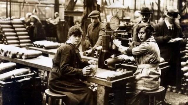 'Municionetes' às vezes ficavam mais de 50 horas trabalhando por semana, quando não 72 horas (Foto: Trinity Mirror/Mirrorpix/Alamy Strock Photo via BBC)