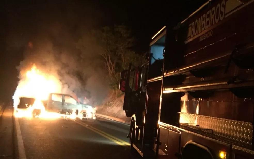 Criminosos incendiaram caminhonete para bloquear tráfego na GO-330, em Ipameri, Goiás (Foto: TV Anhanguera/Reprodução)