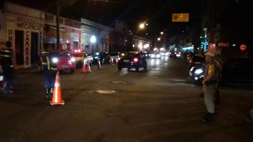 Brigada Militar fazia barreira com a EPTC na Rua João Alfredo quando avistou briga (Foto: Brigada Militar/Divulgação)