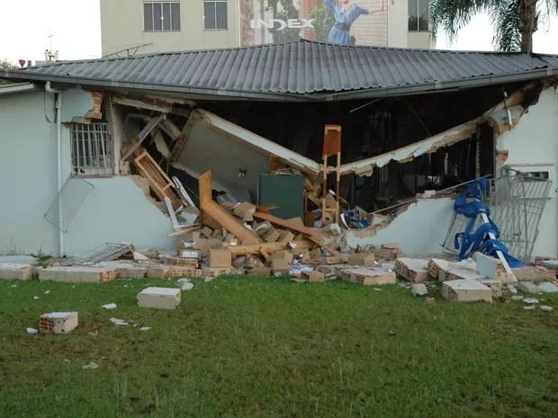 Agência bancária ficou destruída com a força da explosão (Foto: Julio Mocelin/ Auonline.com)