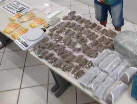 Maconha e dinheiro foram apreendidos com um jovem em Santa Cruz do Capibaribe — Foto: Ney Lima/Divulgação