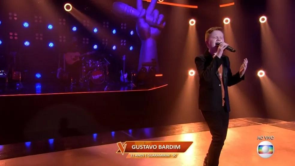 Gustavo Bardim canta 'Yesterday' no palco do 'The Voice Kids'. — Foto: Reprodução/Globoplay