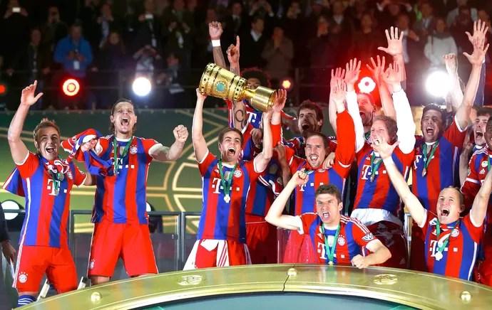 Philipp Lahm  troféu comemoração Bayern de Munique contra  Dortmund Copa da Alemanha final (Foto: Reuters)