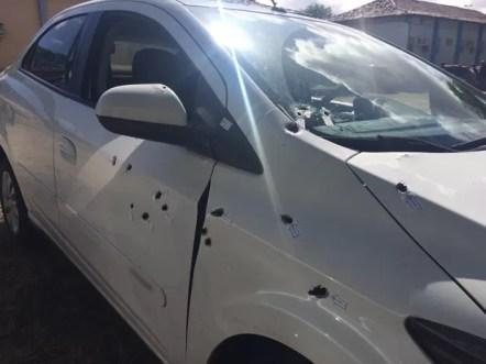 Táxi roubado foi atingido por vários tiros; suspeito do roubo foi morto, segundo a PRF (Foto: Magno Wendel/TV Asa Branca)