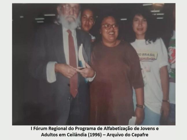 Madalena Torres ao lado de Paulo Freire, em Ceilândia, em 1996 — Foto: Arquivo Cepafre