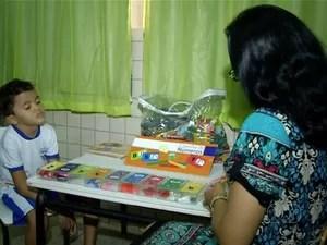 Professora se dedica a alfabetizar alunos com necessidades especiais  (Foto: Reprodução/TV Anhanguera)