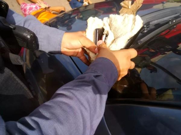 Pacote apreendido com celulares que eram arremeçados  para dentro do Complexo de Pedrinhas — Foto: Divulgação/Polícia Militar