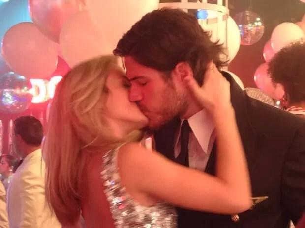 Vitória dá beijo surpresa em Rafa na festa de ano novo (Foto: Gshow)