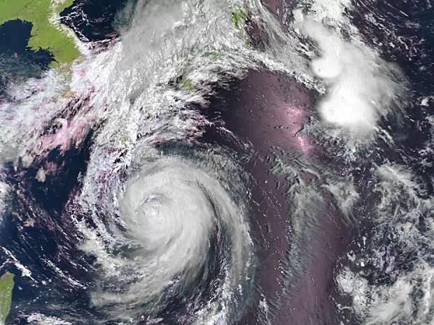 Imagem de satélite mostra o tufão 'Halong' a sudoeste do Japão. (Foto: EUMETSAT / Via AFP Photo)