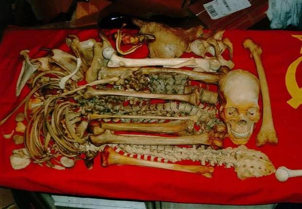 Polícia encontrou seis crânios e outros ossos no apartamento. (Foto: AFP)