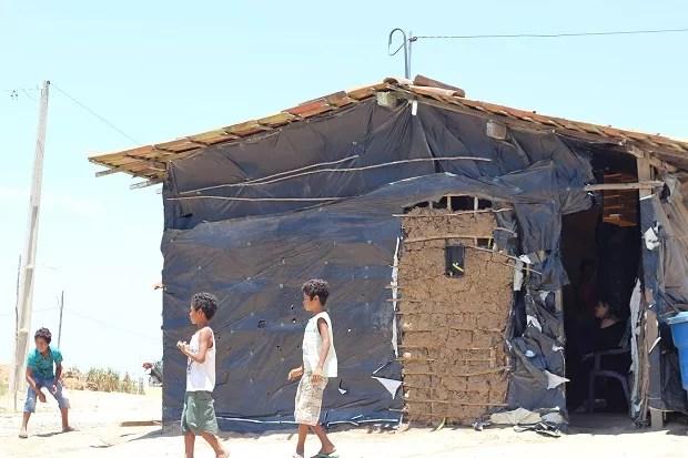 Crianças brincam em frente à casa dos avós quilombolas (Foto: Marcio Chagas/G1)