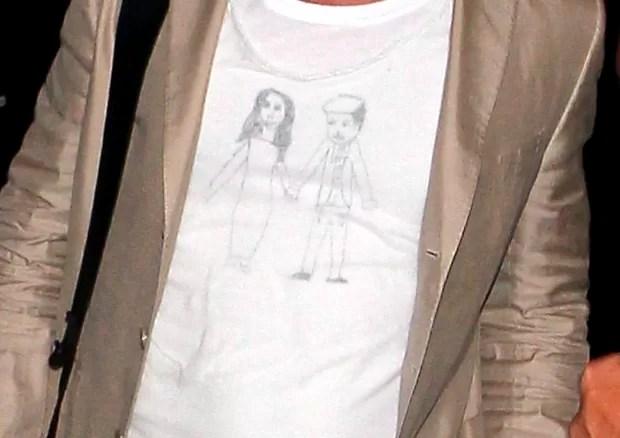 Camisa de Brad Pitt com desenho do casal (Foto: X17/Agência)