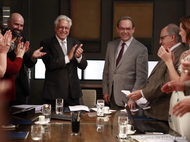 José Wilker é aplaudido pelos colegas (Foto: Amor à Vida/TV Globo)