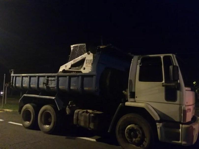 Criança, adolescente e adulto estavam em cima da carreta do caminhão, quando uma bobiquete se soltou e atingiu a criança.  — Foto: Arquivo pessoal