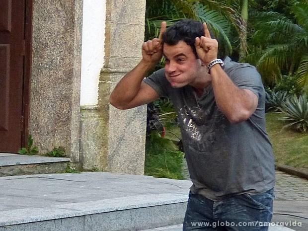 Carlito tira onda com a cara de Ignácio (Foto: Amor à Vida/TV Globo)