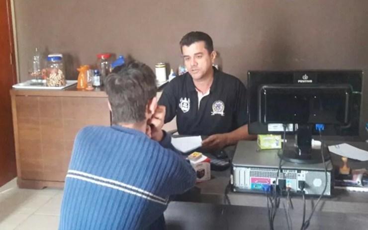 Adolescente em conversa com o coordenador terapêutico da clínica de recuperação (Foto: Arquivo pessoal)