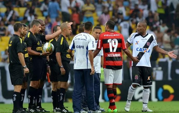 árbitro Marcelo de Lima Henrique, Alecsandro e Rodrigo, Flamengo x Vasco (Foto: André Durão)