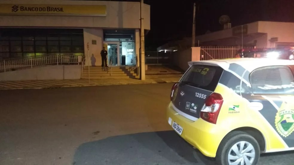 Durante a ação, uma agência do Banco do Brasil, que fica em frente à Caixa Econômica Federal, acabou sendo atingida por disparos. — Foto: Viviane Mallmann/RPC