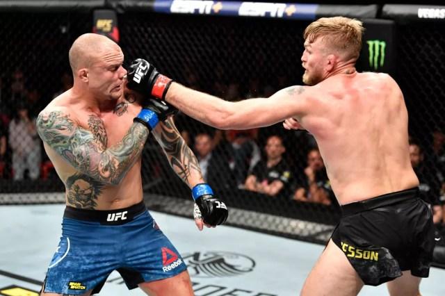 Alexander Gustafsson acerta um golpe em Anthony Smith no UFC Estocolmo — Foto: Getty Images