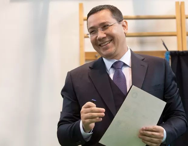 Premiê e candidato a presidente Victor Ponta vota em Bucareste, na Romênia (Foto: Daniel Mihailescu/AFP)
