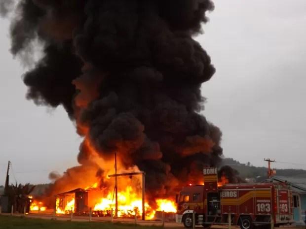 Incêndio em fábrica de reciclagem em São Ludgero  (Foto: Fernando Sombrio/Divulgação)