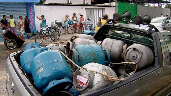 População continua a sofrer com abastecimento irregular de gás de cozinha no Grande Recife (Foto: Reprodução/TV Globo)